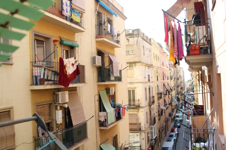 In the Barceloneta neighborhood, you do not need to leave your apartment to converse with your neighbors. Doing it from the balcony — or even from the bedroom — works just fine.